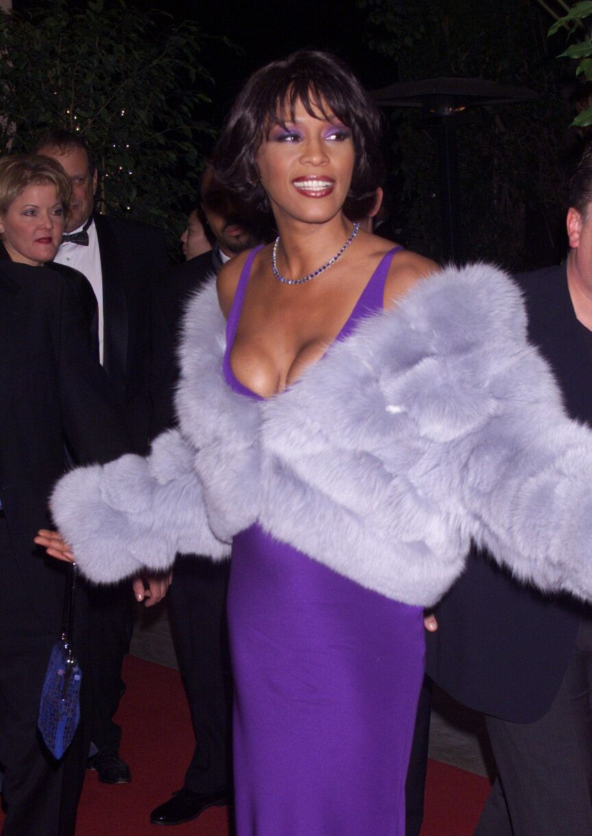 Whitney Houston arrives at the Arista Records pre-Grammy Awards party in Los Angeles on February 23, 2000. | Source: Getty Images