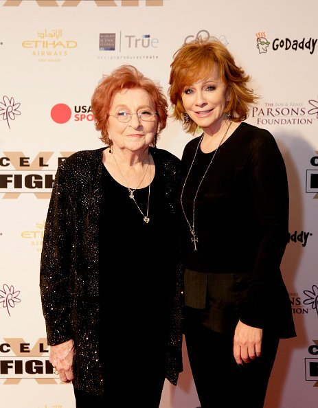 Reba McEntire and Jacqueline Smith at the JW Marriott Phoenix Desert Ridge Resort & Spa on April 8, 2016 in Phoenix, Arizona | Photo: Getty Images