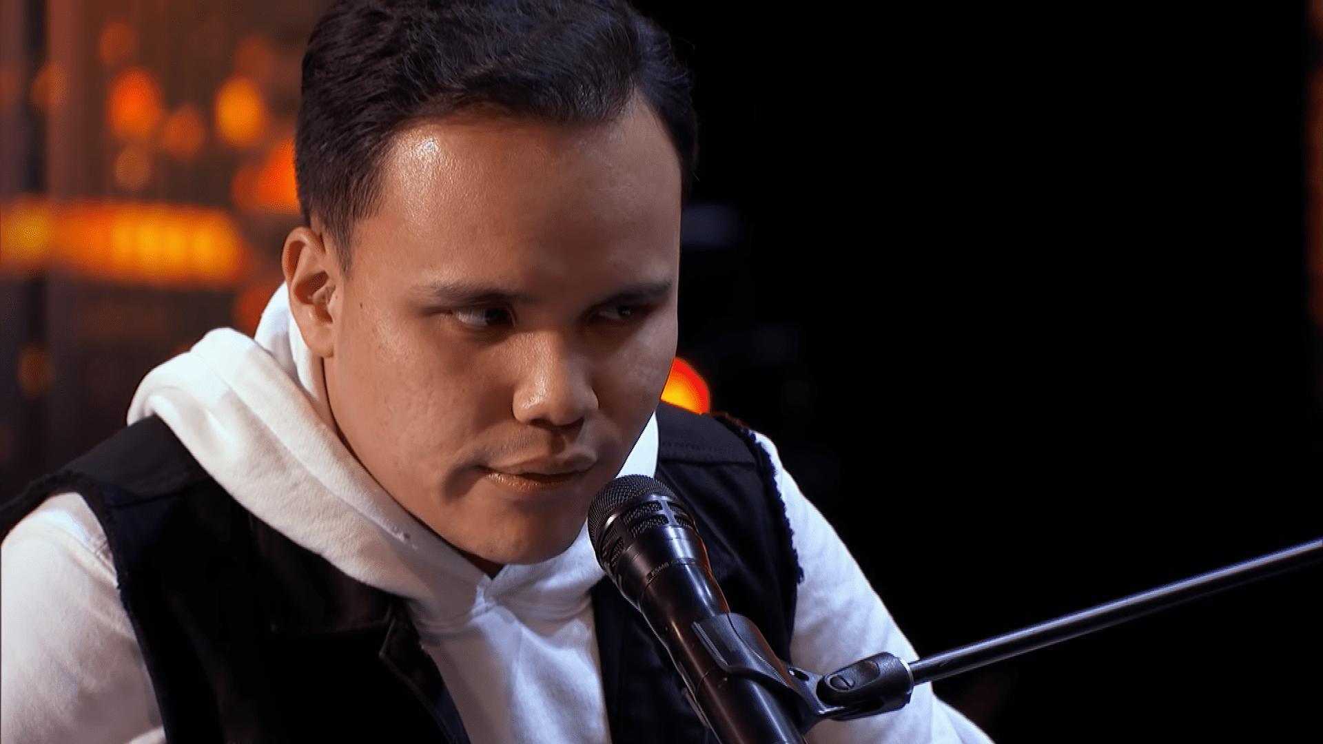Kodi cantando en tarima │Imagen tomada de: YouTube / America's Got Talent