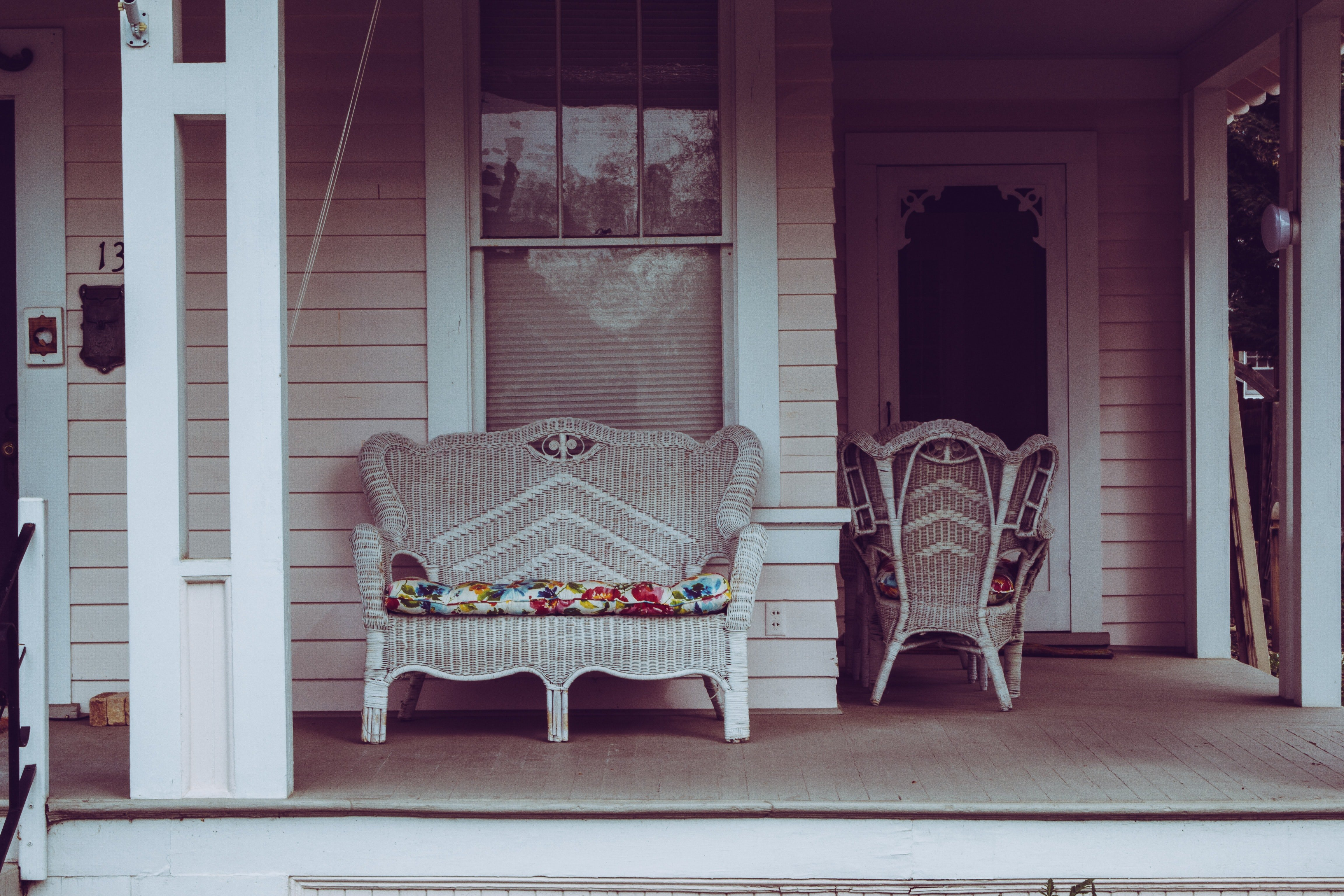 Pictured - A white wicker padded bench | Source: Pexels