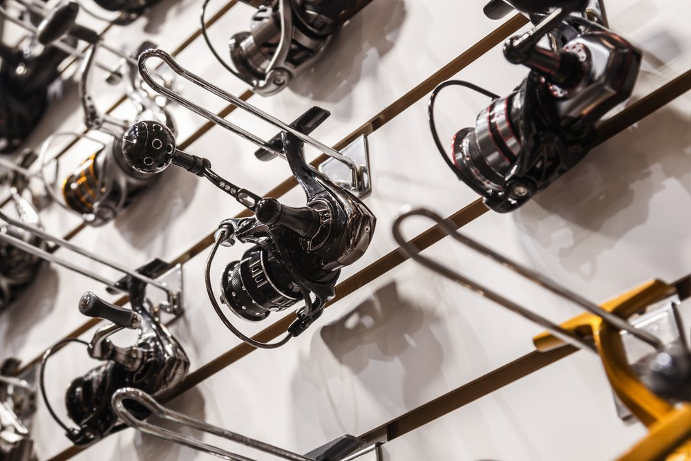 A photo of different fishing reels in the window of a fishing store. | Photo: Shutterstock.