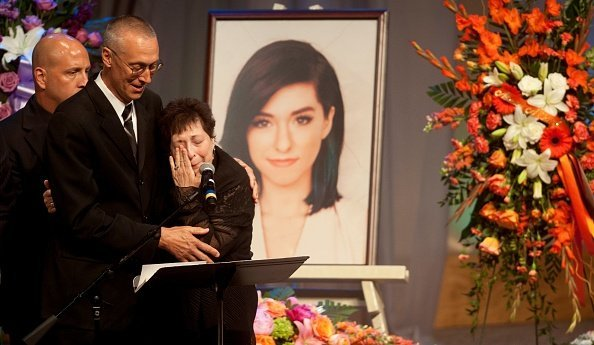 Christina Grimmie's parents Bud Grimmie and Tina Grimmie speak at her memorial service on June 17, 2016 | Photo: Getty Images