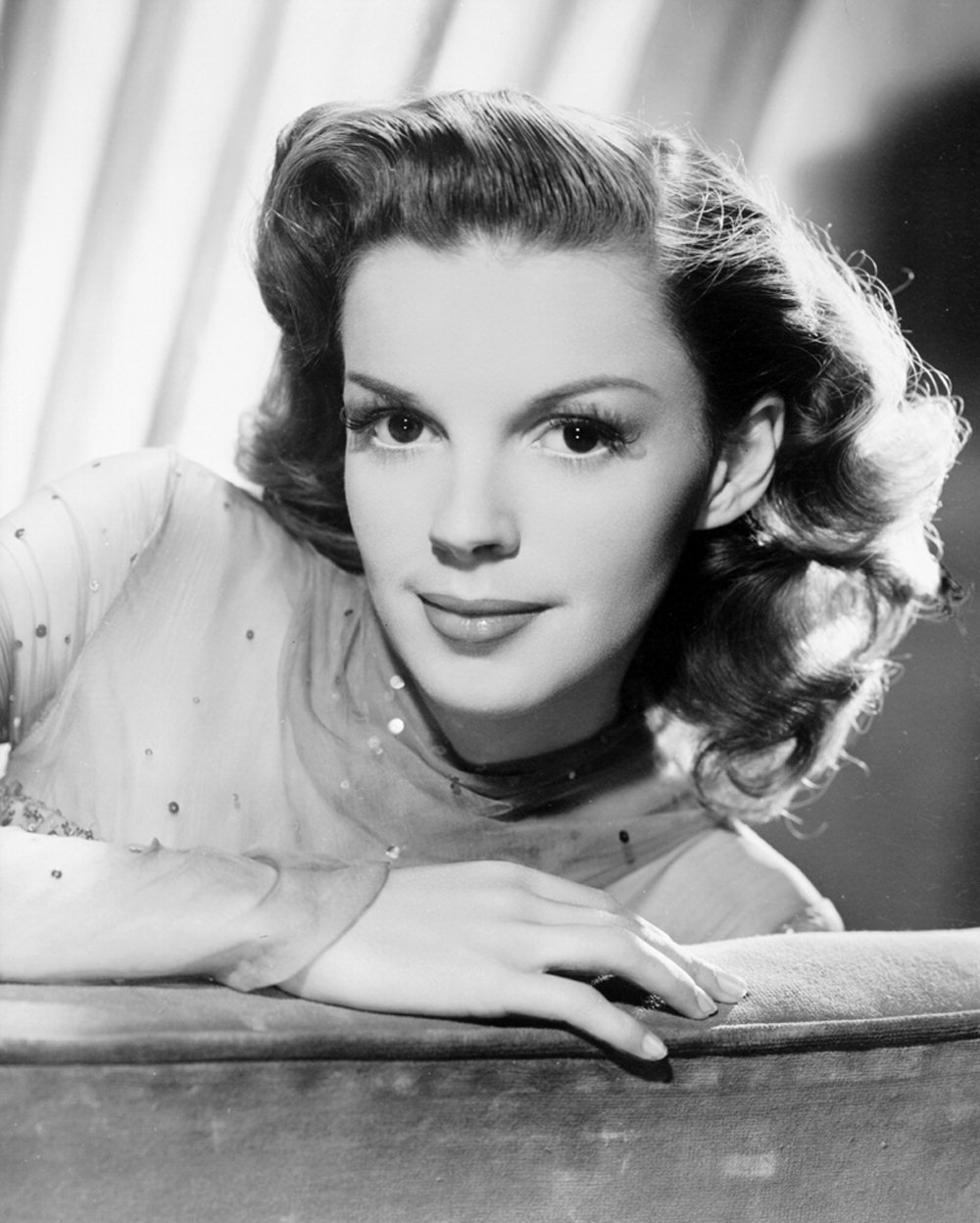 A publicity still of Judy Garland from MGM used for the promotion of The Harvey Girls | Source: Wikimedia Commons