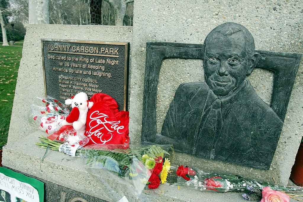 Johnny Carson is remembered with flowers on January 24, 2005 at the Johnny Carson Park, Burbank California | Photo: GettyImages