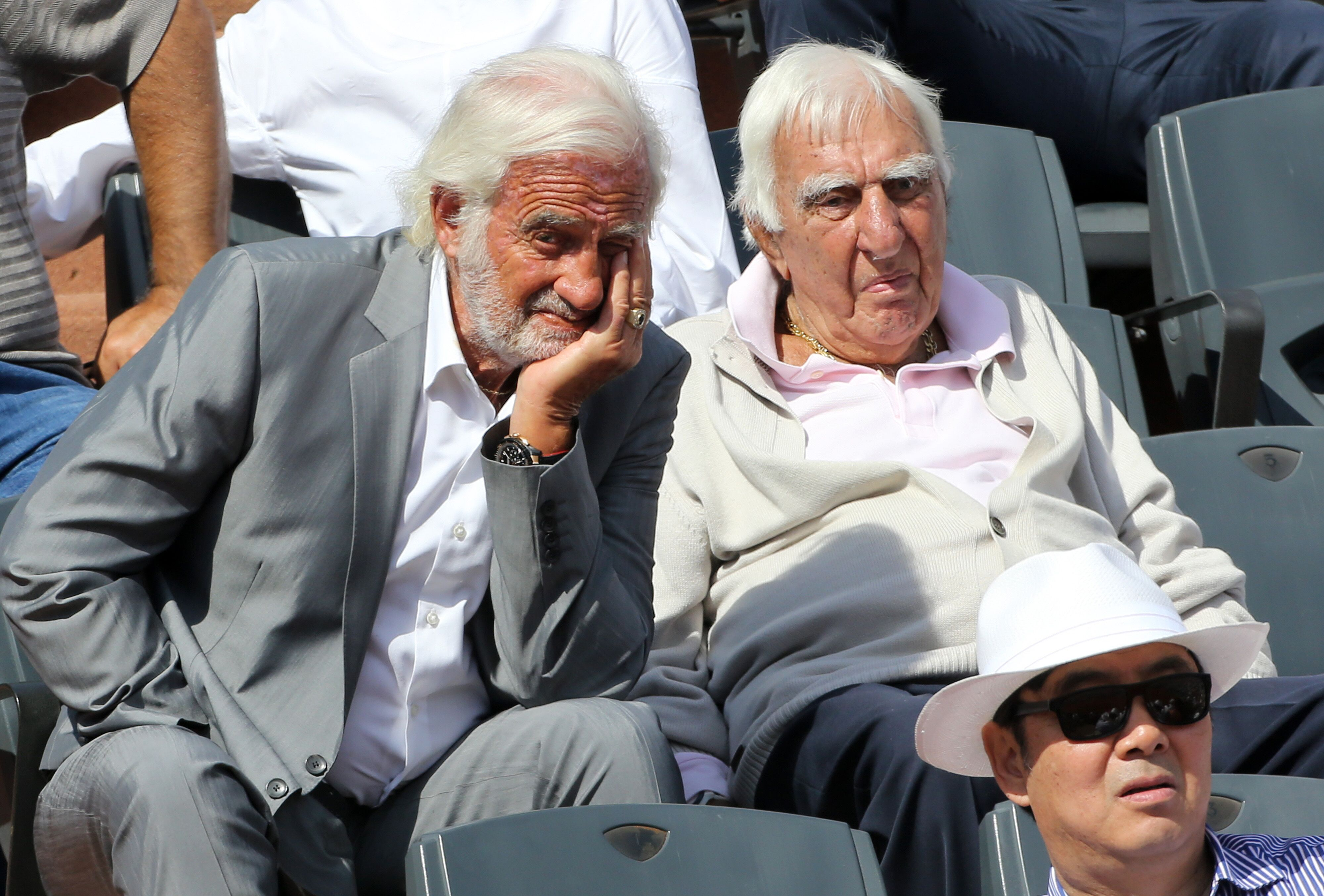 Jean-Paul Belmondo et son ami Charles Gérard assistent à la finale masculine de la 15e journée des Internationaux de France 2015 au stade Roland-Garros. | Photo : GettyImage