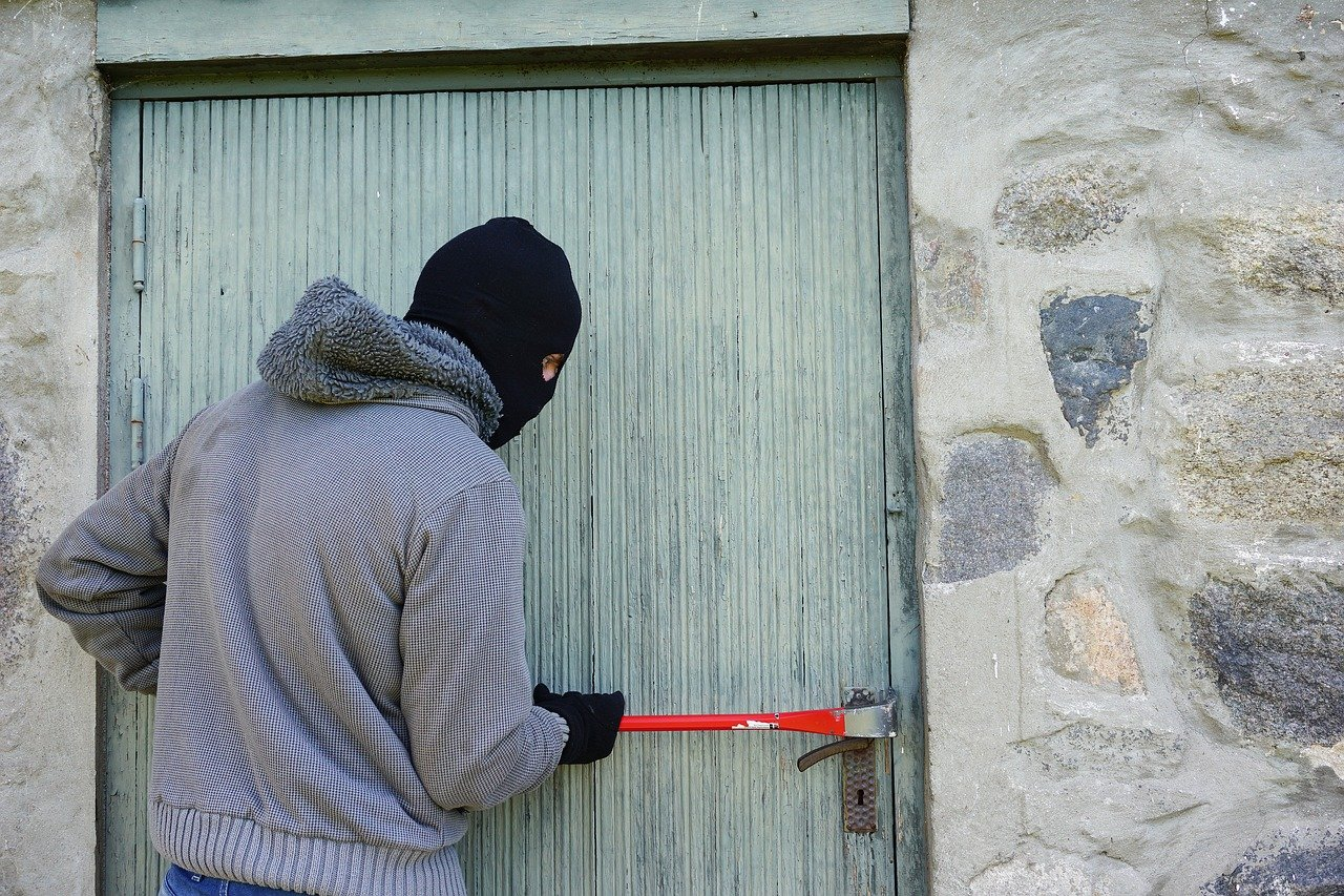 Photo of a thief trying to break into a house. | Photo: Pixabay