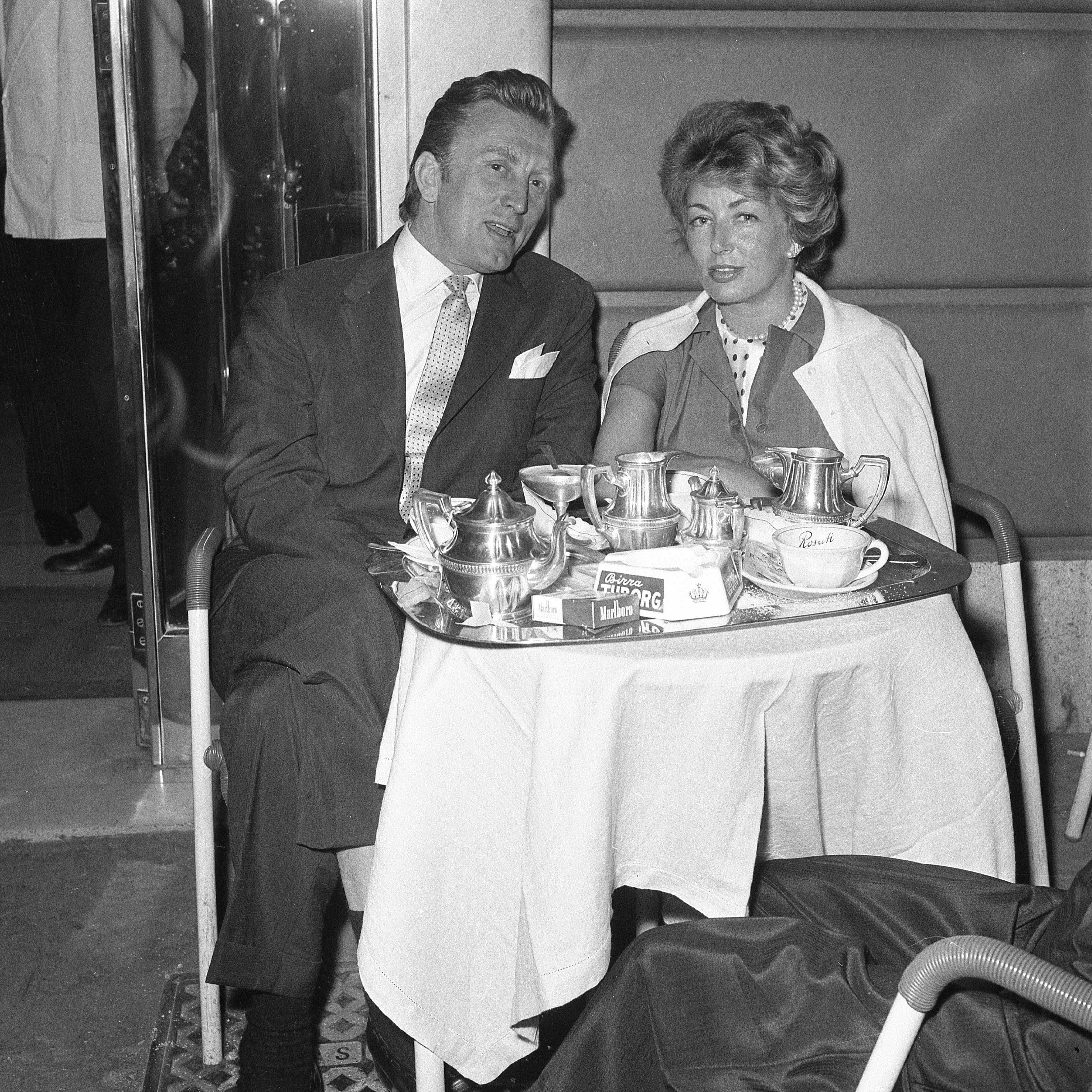 Anne Douglas and her husband Kirk Douglas at the coffee bar in Via Veneto, Rome 1958. | Photo: Getty Images