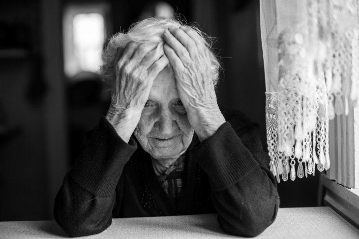 Mujer mayor preocupada   Foto: Shutterstock