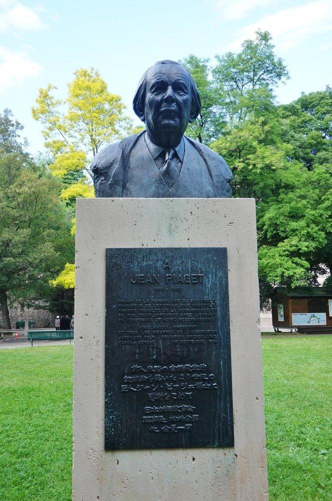 Una estatua del busto del psicólogo suizo Jean Piaget en el Parc des Bastions en Ginebra, Suiza. | Fuente: Shutterstock