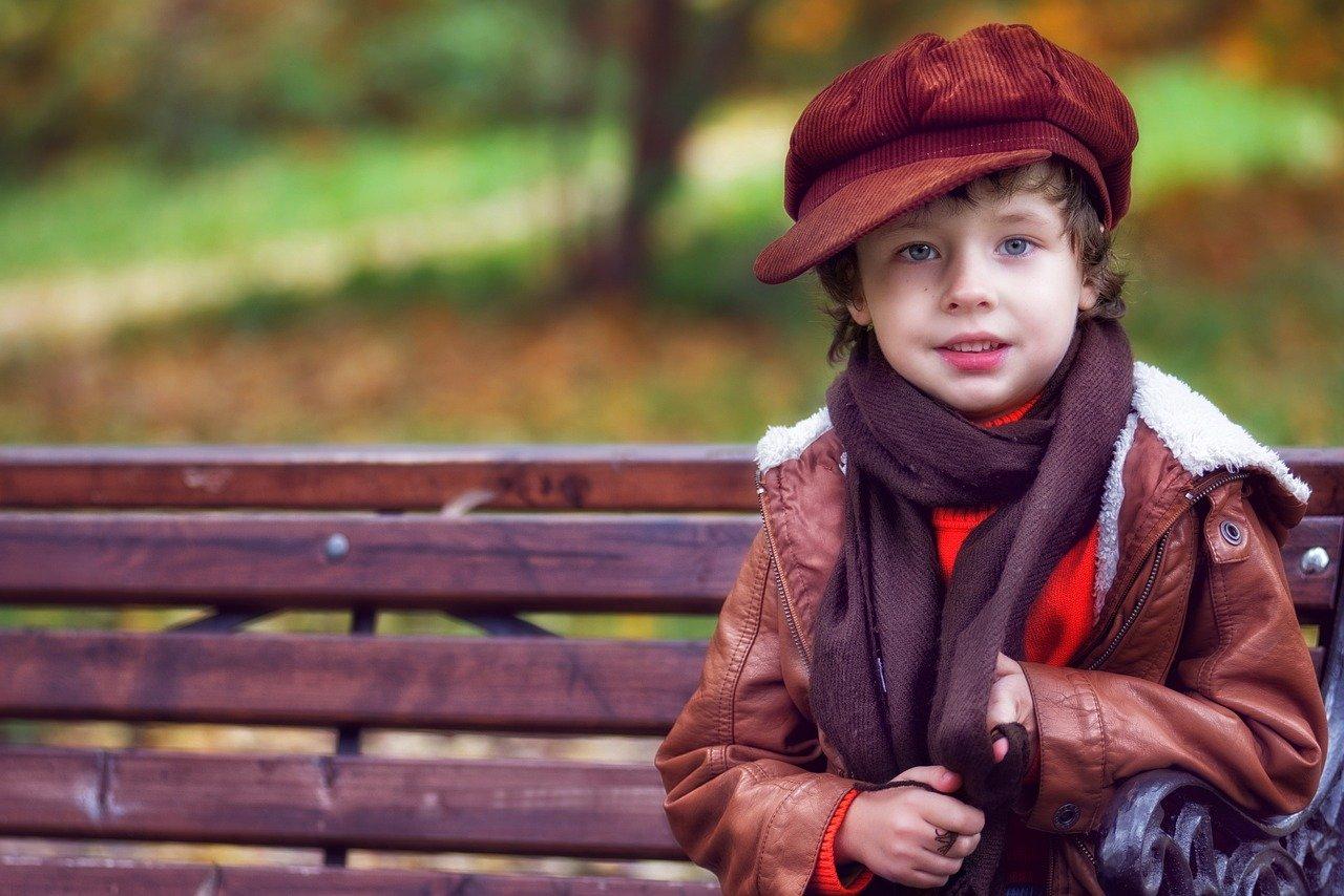 Un petit garçon porte un pull. | Photo : Pixabay