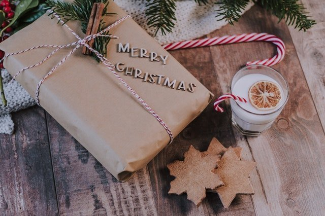Christmas present and glass of milk | Source: Pexels