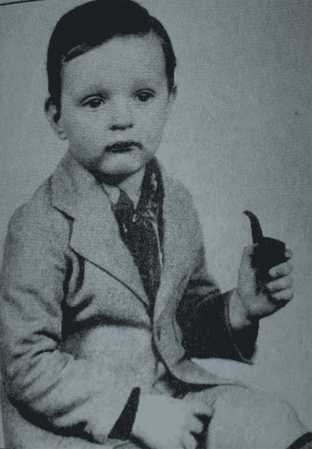 2-year-old Alan Alda pretending to smoke a pipe. I Image: YouTube / USA Today.