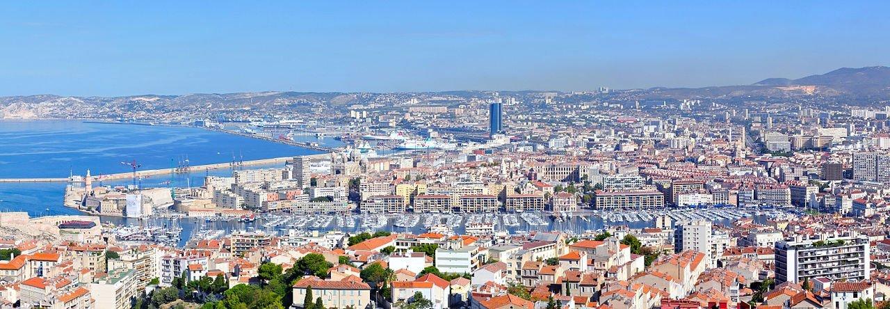 Le vieux Port de Marseille (Bouches-du-Rhône, Provence-Alpes-Côte d'Azur, France), vu à partir de la cathédrale Notre-Dame-de-la-Garde. | Wikimedia Commons