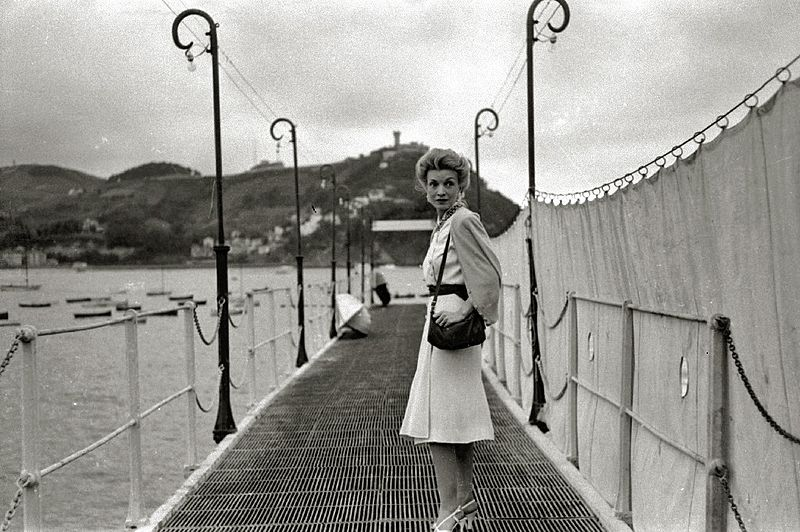 Conchita Montenegro, famosa actriz española, caminando por las calles de San Sebastián (Guipúzcoa). Año 1940. | Imagen: Wikimedia Commons