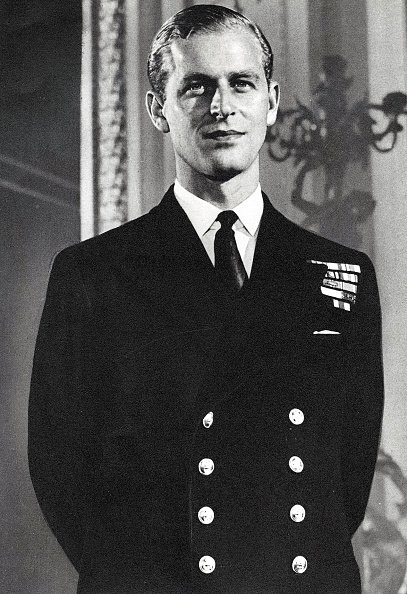 Portrait of Prince Philip Mountbatten posed in naval uniform circa 1947.| Photo: Getty Images