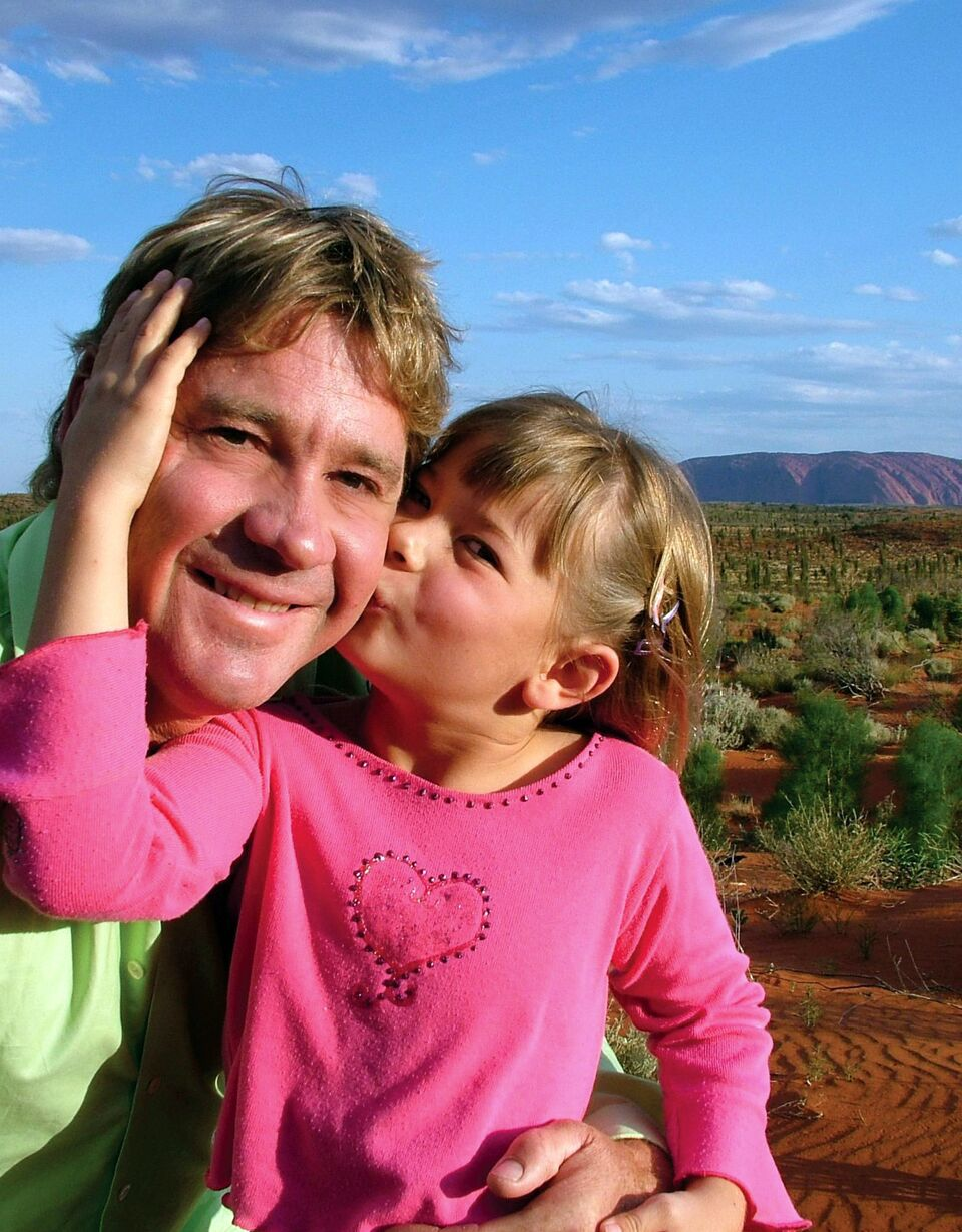 Young Bindi Irwin kissing her father, Steve Irwin, on the cheek. | Source: Getty Images