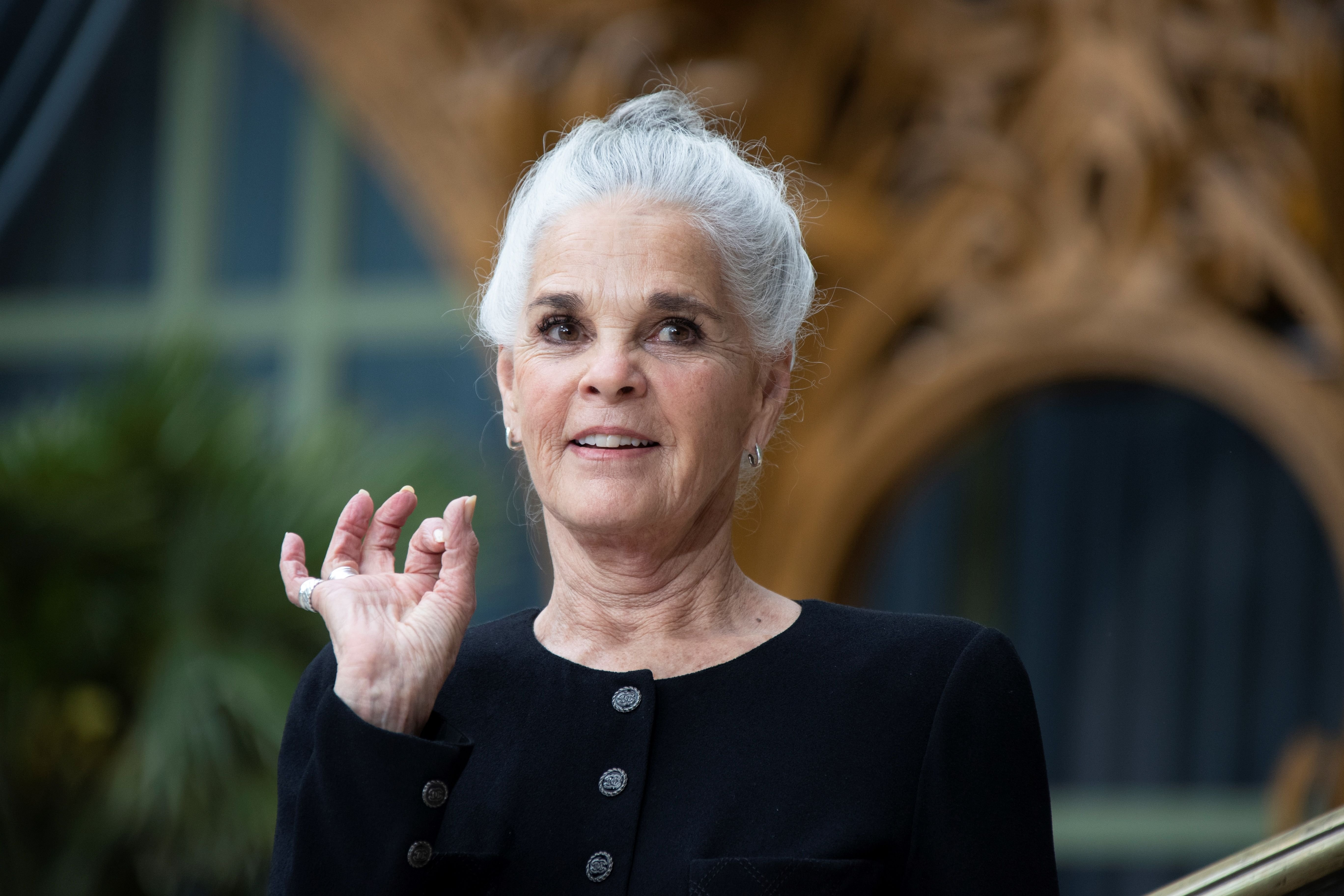 US actress Ali MacGraw poses during the photocall prior to the 2020 Chanel Croisiere (Cruise) fashion show at the Grand Palais in Paris on May 3, 2019.  Photo: Getty Images