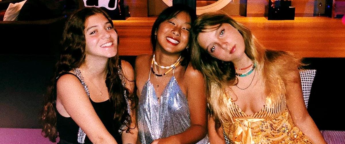 """Jade Hallyday et ses amies, dans des tenues étincelantes, ont """"la fièvre du disco"""""""