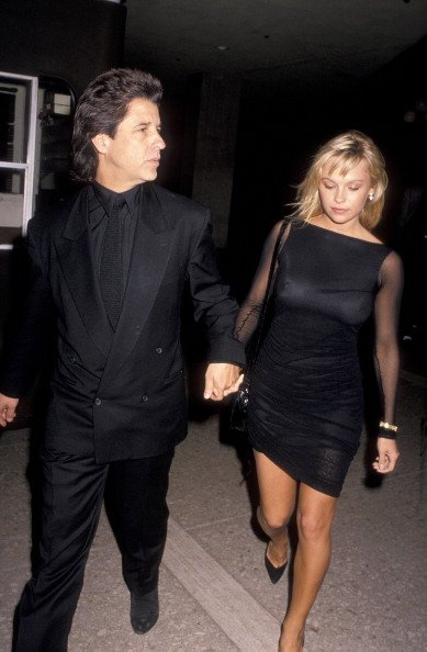 Jon Peters and Pamela Anderson at the Cineplex Odeon Cinema in Century City, California, on December 11, 1989. | Photo: Getty Images