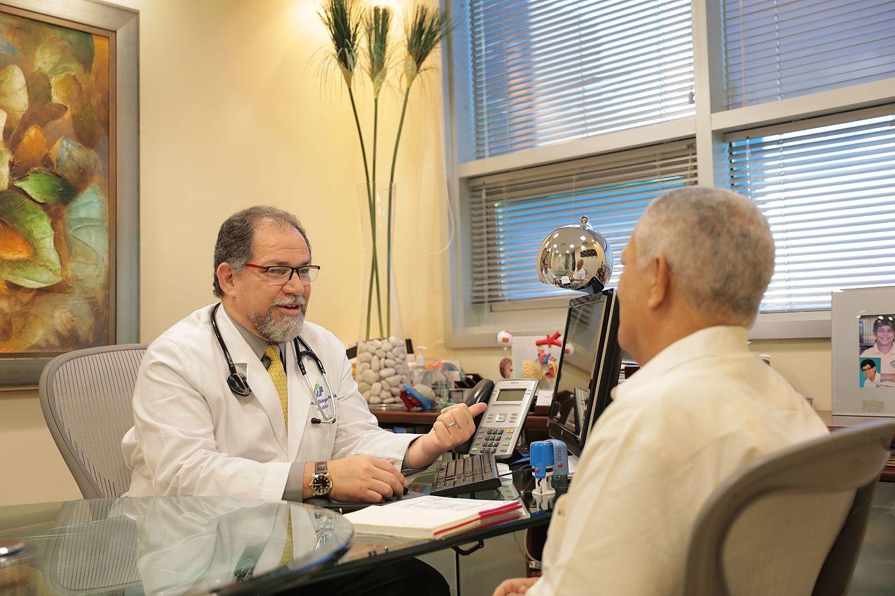 Hombre mayor en consulta médica. | Imagen: Wikipedia