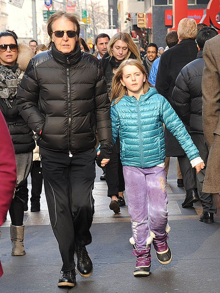 Sir Paul McCartney and his daughter, Beatrice McCartney, are seen on December 19, 2013 | Photo: Getty Images