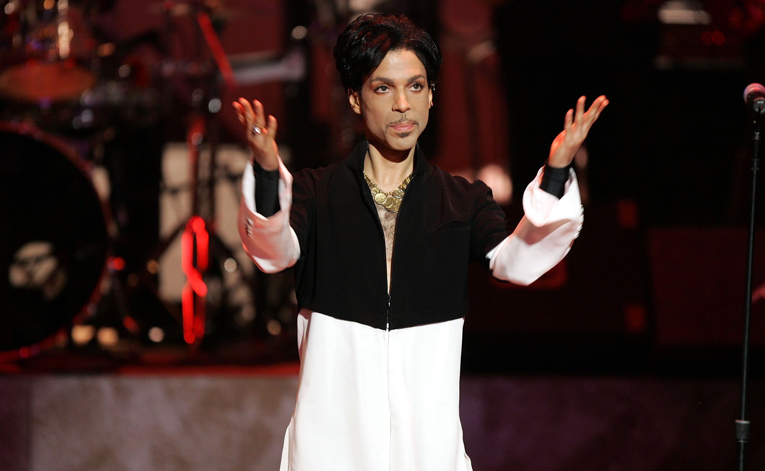 Prince is seen on stage at the 36th NAACP Image Awards at the Dorothy Chandler Pavilion on March 19, 2005 in Los Angeles, California | Photo: GettyImages