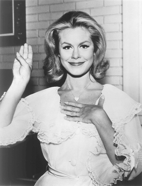Elizabeth Montgomery making a pledge circa 1960 | Source: Getty Images