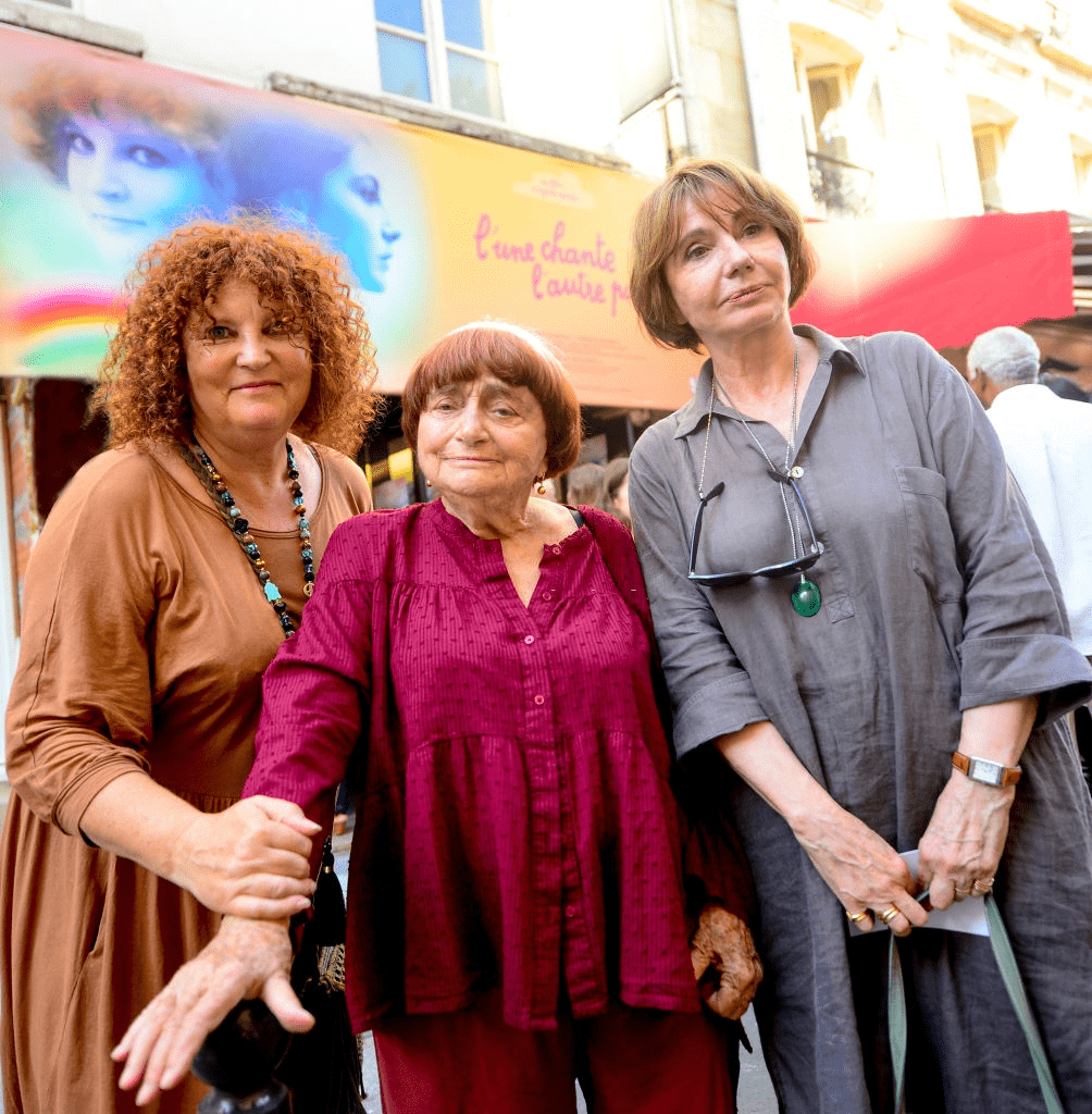 "PARIS, FRANCE - 3 JUILLET : Valérie Mairesse, Agnès Varda et Thérèse Liotard à la première du film récemment restauré ""L'une chante, l'autre pas"" d'Agnès Varda le 3 juillet 2018 au Cinéma Saint Germain à Paris, France. 