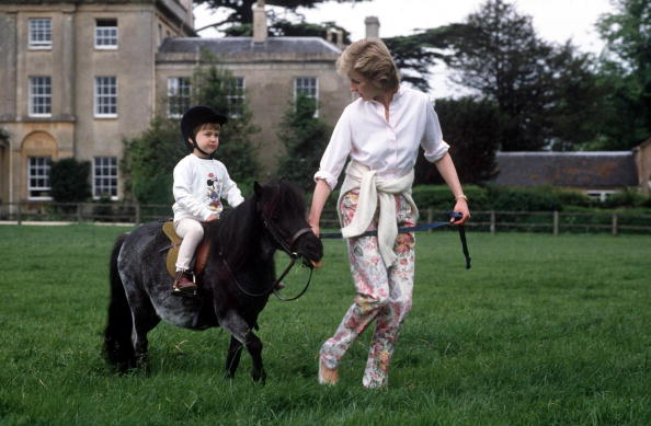Prince William sur son poney à Highgrove avec la princesse Diana | Photo : Getty Images