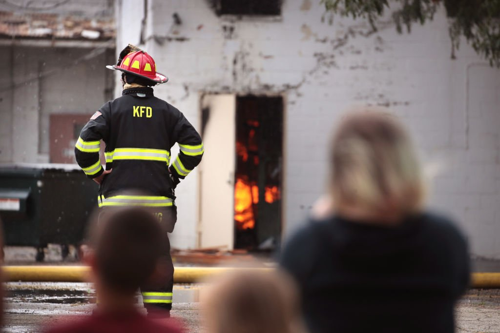 A firefighter looks on during a mission on August 25, 2020 in Kenosha, Wisconsin   Photo: Getty Images