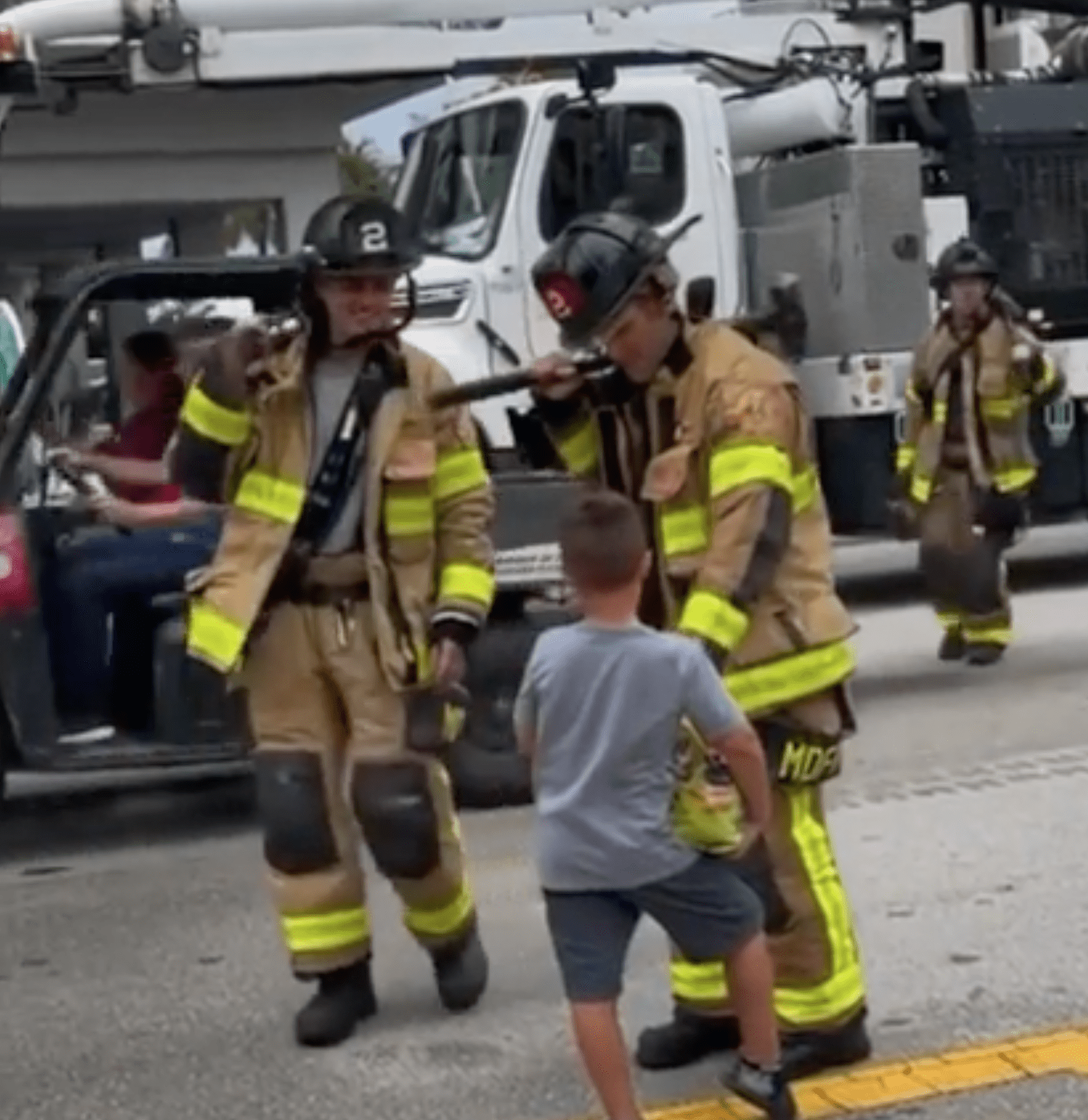 Boy distributes candy and sodas to firemen | Photo: Reddit/Thund3rbolt