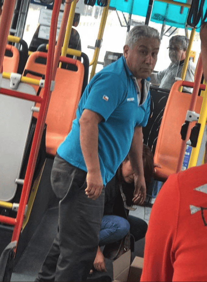 El chofer del autobús tras subir la caja. Fuente: Facebook/ksadjkashfasd