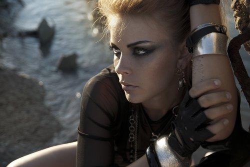Chica con intenso maquillaje rockero. | Fuente: Shutterstock