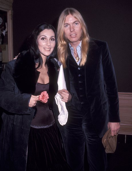 Cher and Gregg Allman leave the Georgetown Inn in Washington, DC on January 21, 1977 | Photo: Getty Images