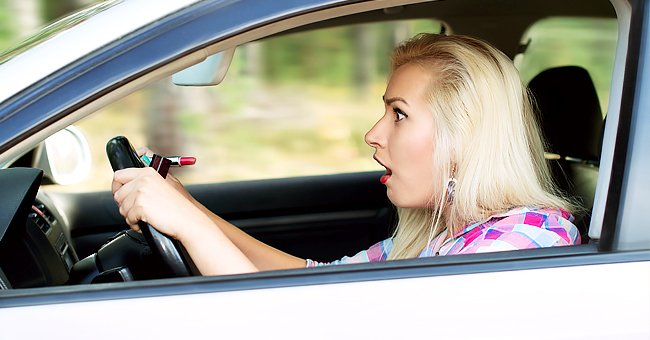 A photo of a blonde driving. | Photo: Shutterstock