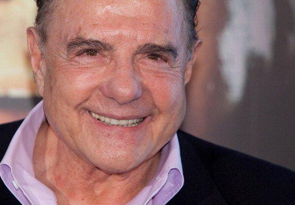 El actor Juan Luis Galiardo asiste a la sesión fotográfica 'La Chispa de la Vida' en el ME Hotel el 11 de enero de 2012 en Madrid, España. | Fuente: Getty Images