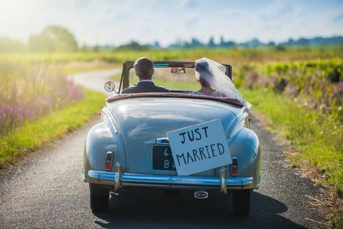 Newlywed couple on the way to their honeymoon.| Source: Shutterstock.