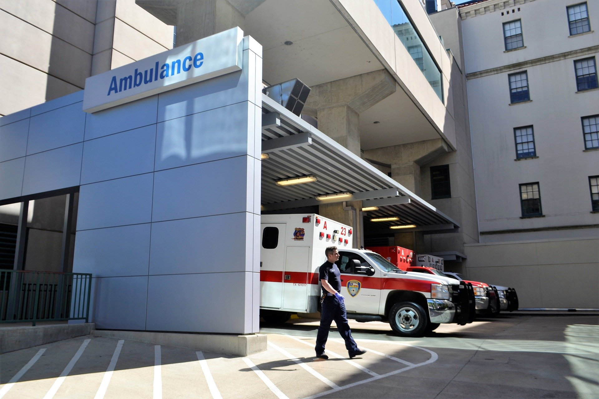Pictured - An image of an emergency room with ambulances and a first responder outside | Source: Pixabay