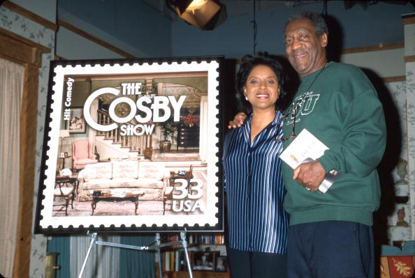 Bill Cosby and Phylicia Rashad with the Cosby Show stamp.| Photo: Getty Images.