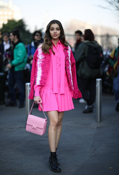 L'invité de la Fashion Week est vu portant un look complet avant le MSGM pendant la Fashion Week. |Photo : Getty Images