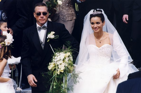 Jean-Claude Van Damme et Gladys Portugues à Knokke-Le le 26 juin 1999 | Photo : Getty Images