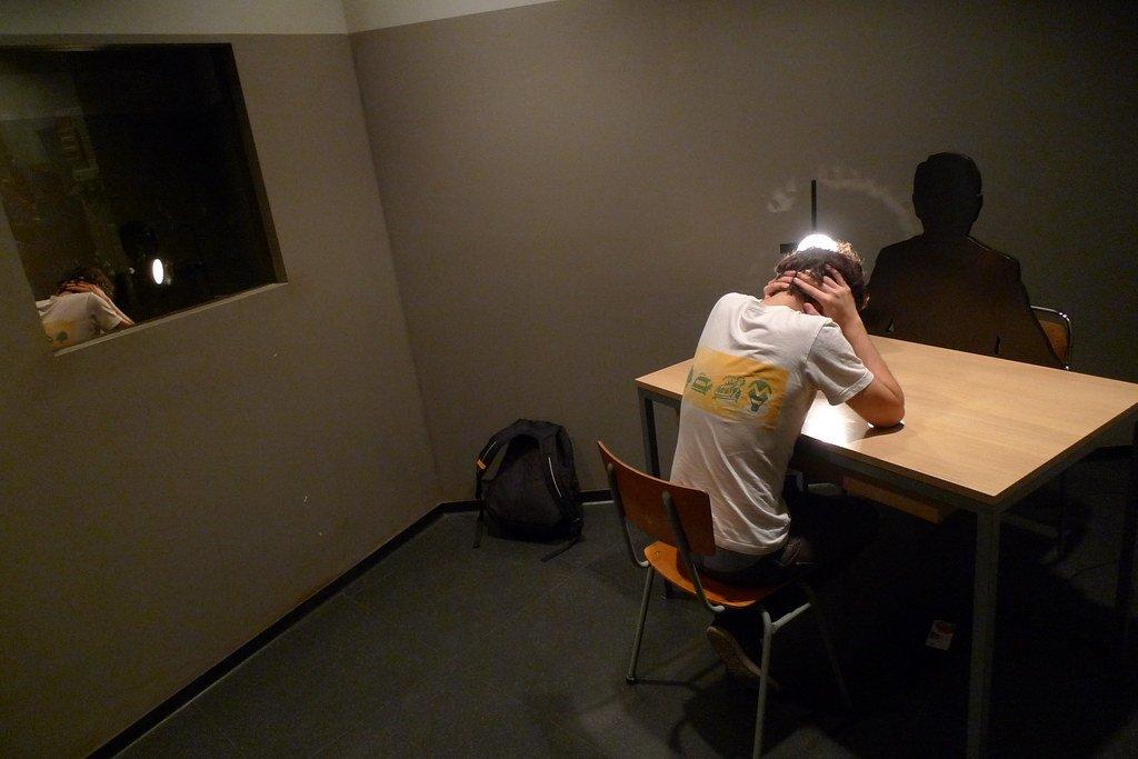 Hombre detenido para interrogatorio. | Imagen: Flickr