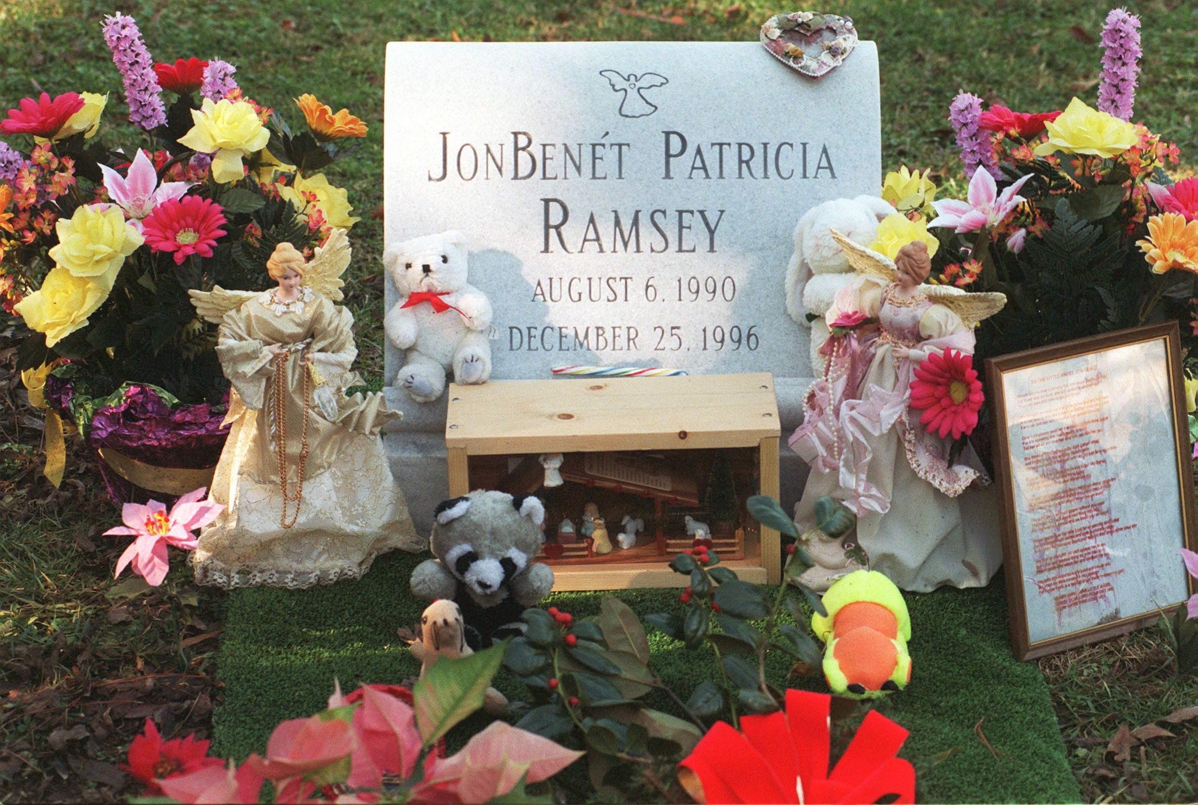 The grave of JonBenet Ramsey during her 1st death anniverary on December 25, 1997 | Photo: Getty Images