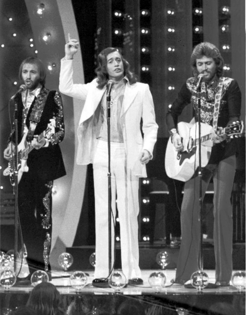 Bee Gees performing at The Midnight Special in 1973 | Photo: Wikipedia