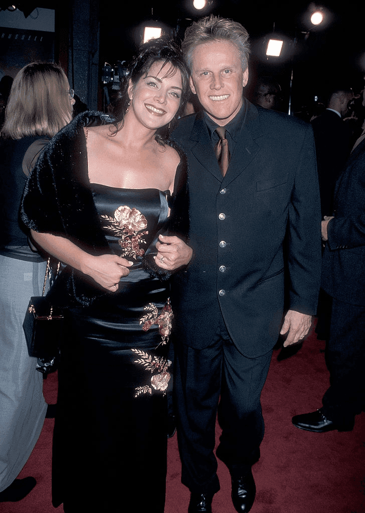 "HOLLYWOOD - 21 OCTOBRE : L'acteur Gary Busey et son épouse Tiani Warden assistent à la première hollywoodienne de ""Soldier"" le 21 octobre 1998 au Mann's Chinese Theatre à Hollywood, Californie. 