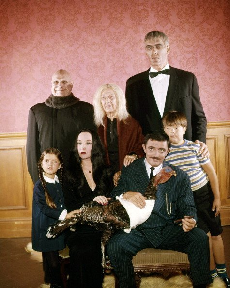 The cast of the US TV comedy horror series 'The Addams Family', circa 1965.| Photo: Getty Images.