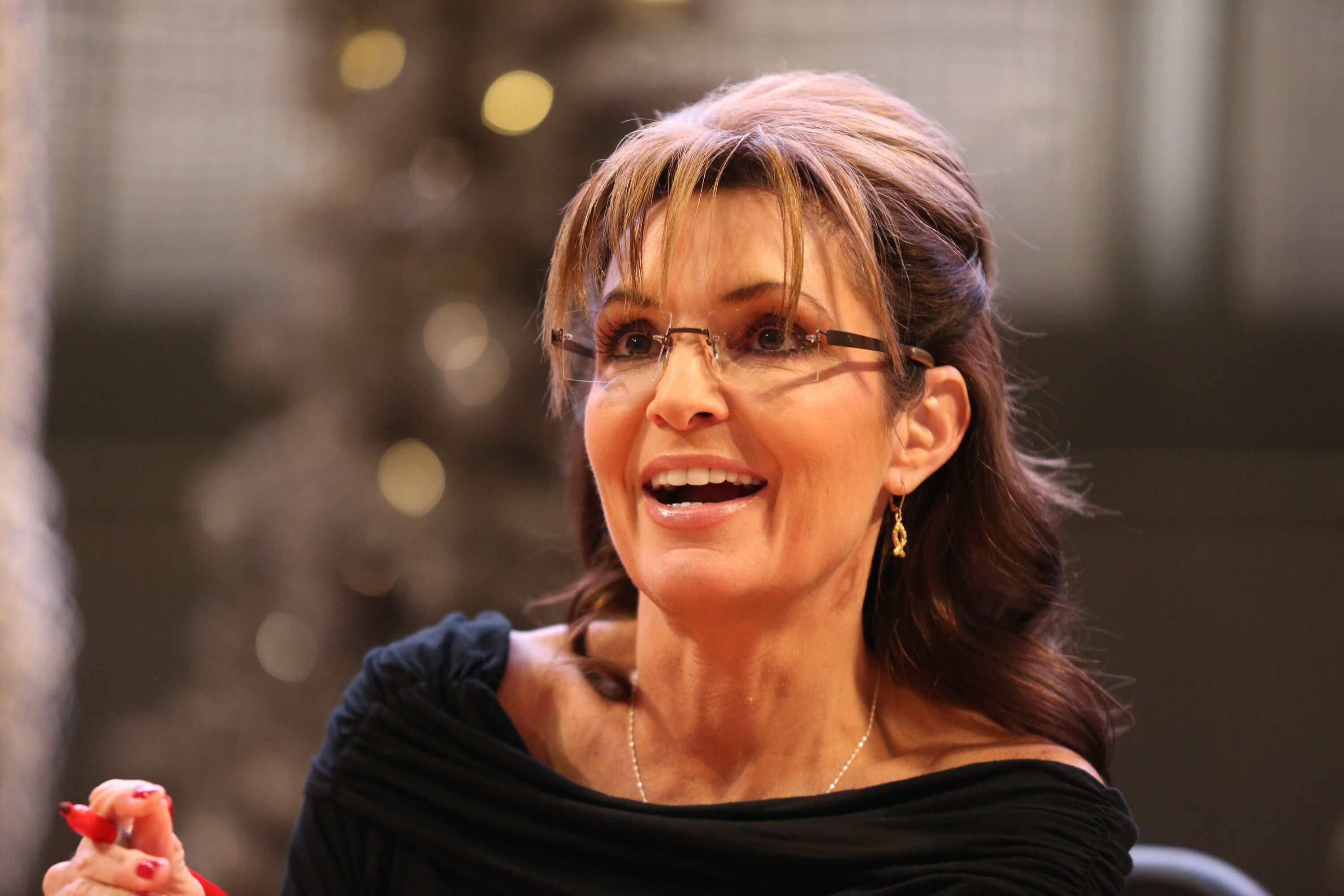 Sarah Palin signs copies of her book on November 21, 2013 at Mall of America, Minnesota. | Source: Getty Images