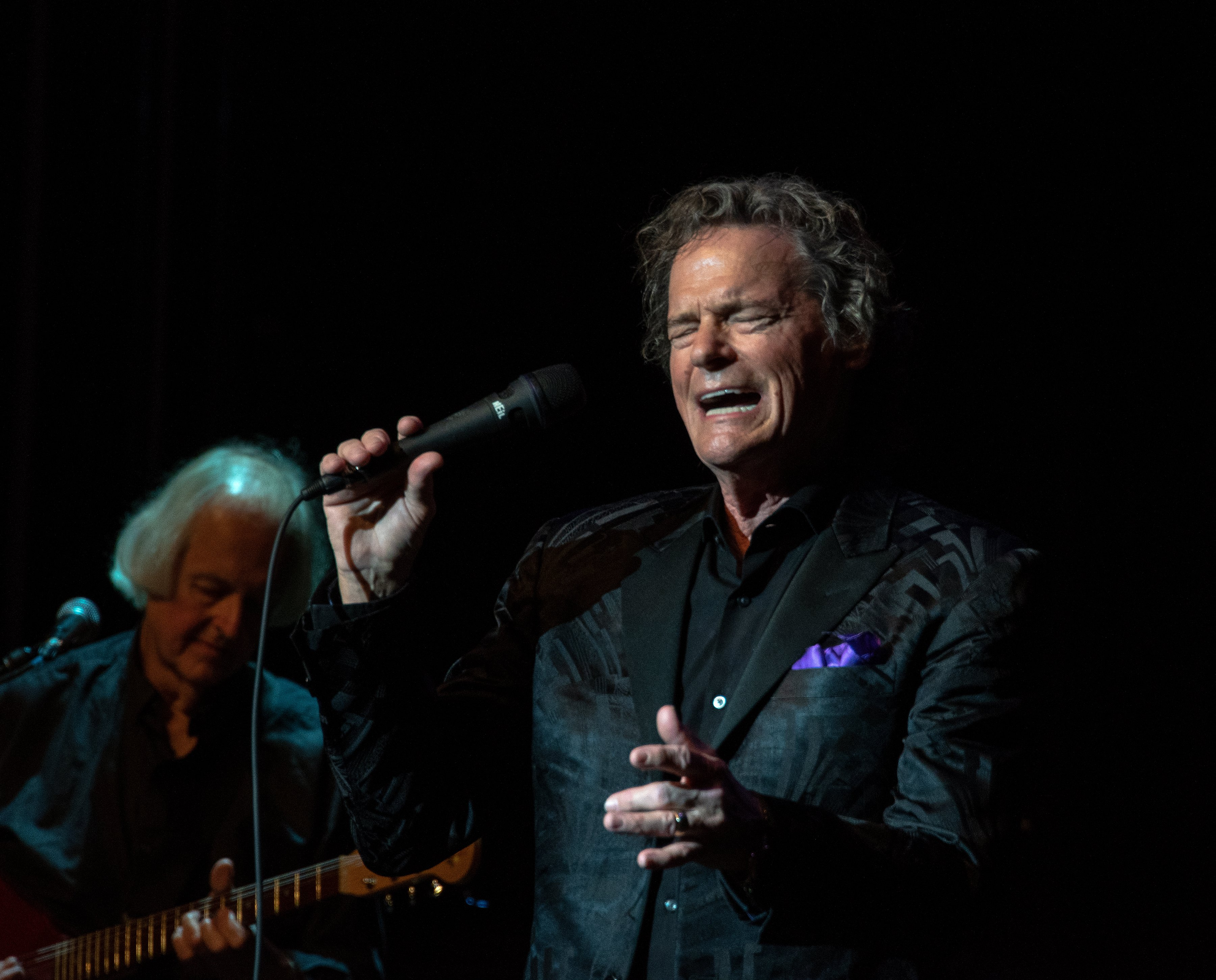 BJ Thomas performs on stage at the historic Granada Theater | Photo: Shutterstock