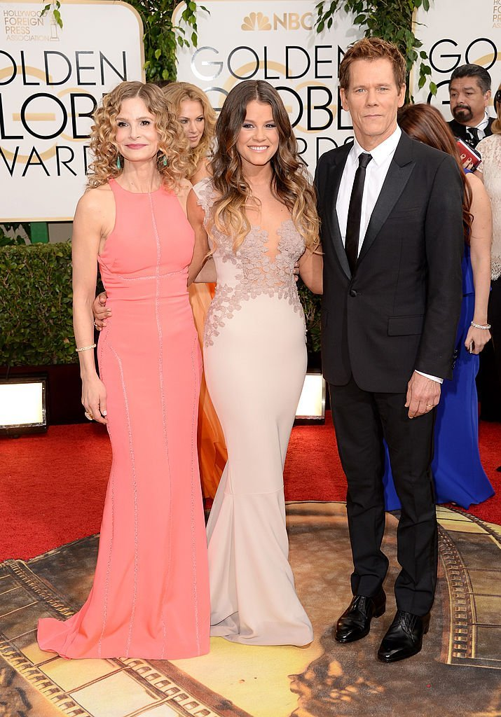 Sosie Bacon hugs parents Kyra Sedgwick and Kevin Bacon at the 71st Annual Golden Globe Awards in Beverly Hills, California on January 12, 2014 | Photo: Getty Images