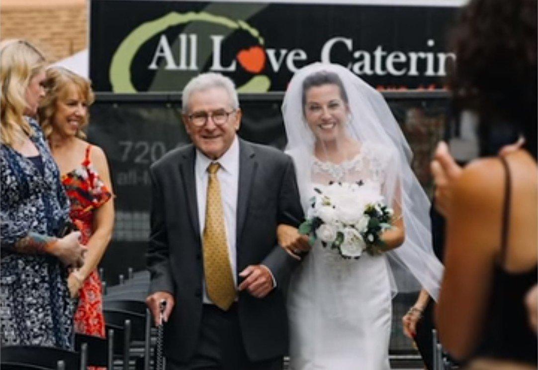 Jim accompagnant sa fille jusqu'à l'autel. l Source: YouTube/Good Morning America